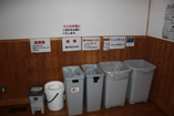 ▲B棟への渡り廊下にゴミ箱あります